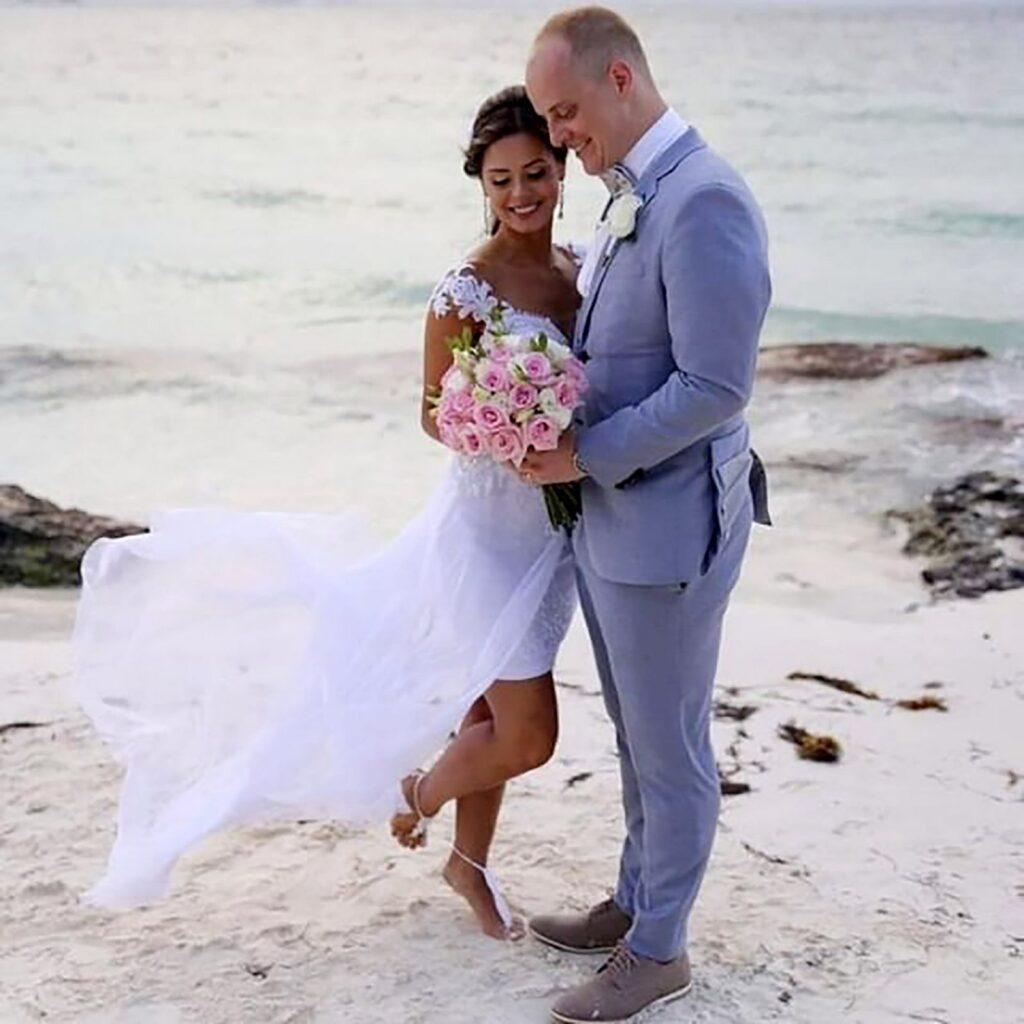 Em cerimônia em frente ao clássico mar azul turquesa Caribenho Lenise Dias e Marcelo Fontoura celebraram sua união.
